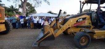 Arranca Alma Laura Amparán trabajos de rehabilitación de caminos en Mata del Abra