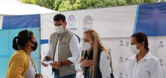 Entrega Alma Laura Amparán becas educativas en la zona rural